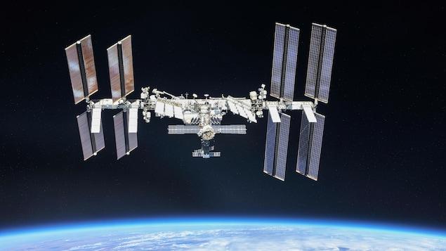 La Station spatiale internationale en orbite dans l'espace, au-dessus de l'horizon terrestre
