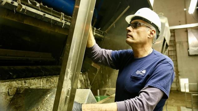 Le technicien en mécanique Claude Couture travaille dans les usines de traitements des eaux usées de la Ville de Québec depuis 27 ans. Il a vu toutes sorte de choses aboutir dans les stations de pompage.