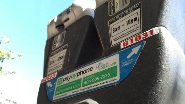 Vue d'un parcomètre à Vancouver avec l'option de paiement par l'application PayByPhone.
