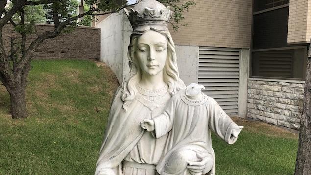 La statue de l'Enfant-Jésus, dressée devant l'église Sainte-Anne-des-Pins à Sudbury.