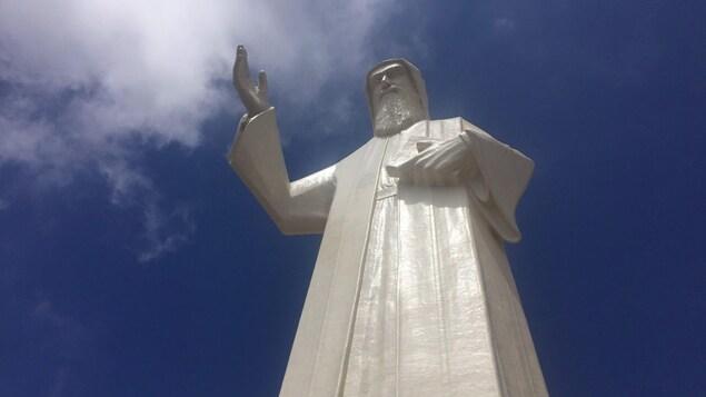 La statue de Saint-Charbel, au Liban