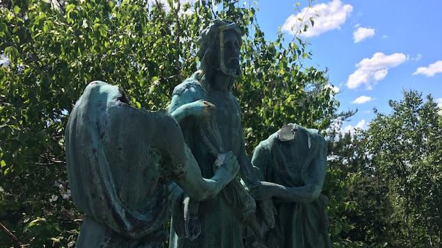 Deux statues auxquelles il manque la tête.
