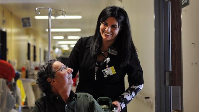Stéphanie Sousa travaille depuis trois ans au service de transport aux usagers. Elle transfère les patients avec la même attention qu'elle le ferait pour sa mère ou son père.