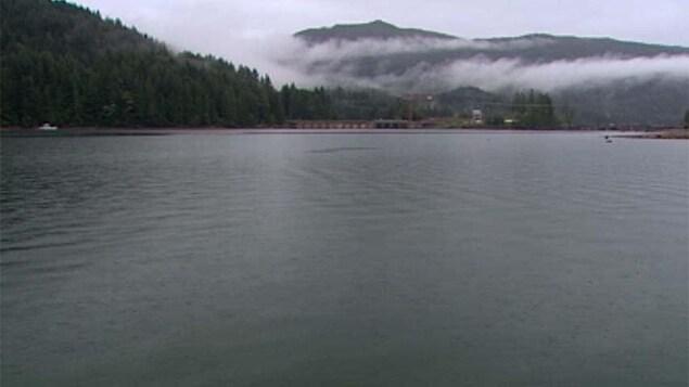 Un lac avec des nuages par temps gris.