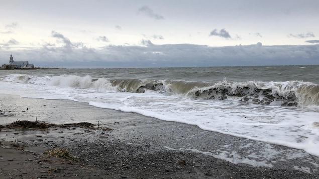 Une plage avec une vague qui s'approche du rivage à Sainte-Luce-sur-Mer