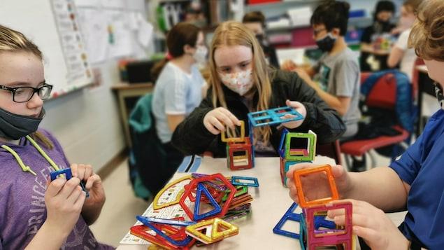 Des jeunes montant des structures aux camps de sciences STIMA