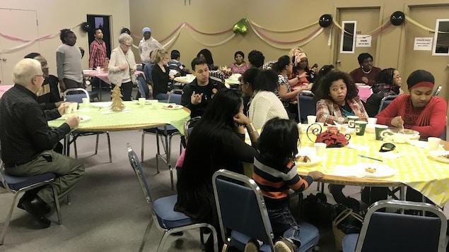 Des membres de la communauté francophone à Steinbach sont réunis pour fêter le Nouvel An.