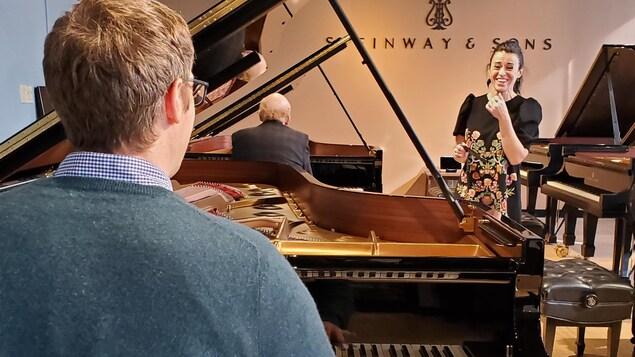 David Jalbert au piano et la directrice du conservatoire face à lui, souriante.
