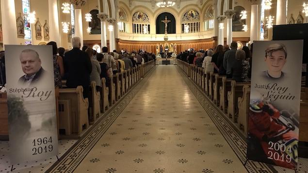 Des gens sont assis à l'intérieur de la cathédrale.