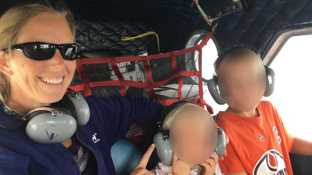 Stephanie Blais et ses deux enfants dans un petit avion.