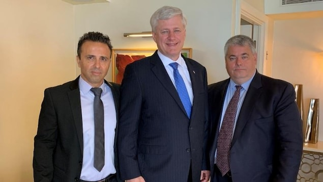 Stephen Harper (au centre) Yaron Ashkenazi (à droite) et Uri Shay (à gauche)