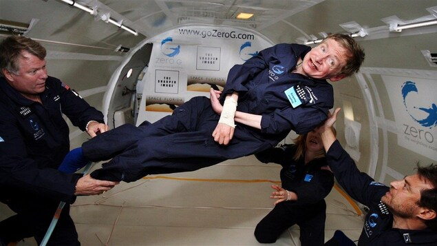 Stephen Hawking lors de son premier vol en apesanteur, en 2007.