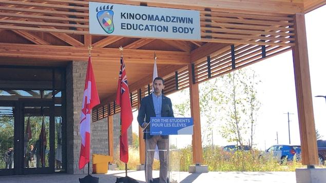 Stephen Lecce lors d'un point de presse devant les bureaux du conseil scolaire Kinoomaadziwin.