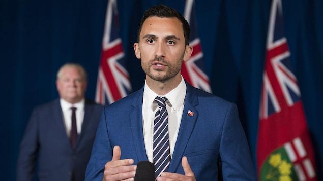 Le ministre de l'Éducation, Stephen Lecce, en conférence de presse avec le premier ministre à l'Assemblée législative mardi.