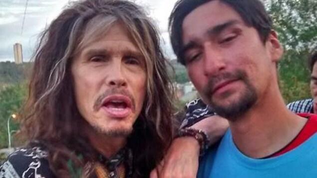 Le chanteur du groupe Aerosmith, Steven Tyler, et l'artiste peintre d'Edmonton, Sterling Gauthier