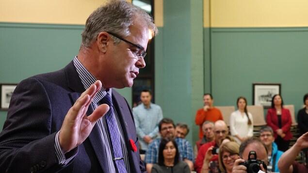 Le conseiller de la Ville de Matane, au poste no 6, Steve Girard prête serment