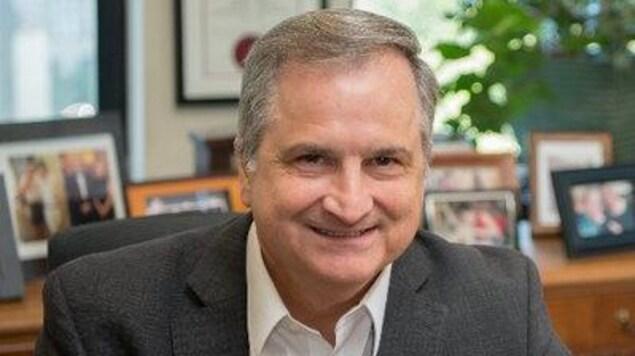 Le secrétaire du conseil des ministres et chef de la fonction publique ontarienne, Steve Orsini, dans son bureau