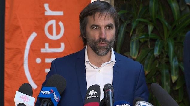 Steven Guilbeault, en conférence de presse.