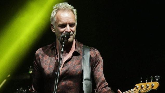 Sting à la guitare lors d'un concert