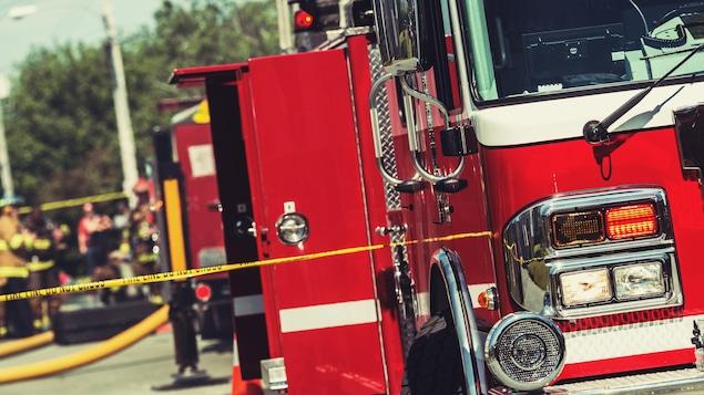 Un camion de pompiers.