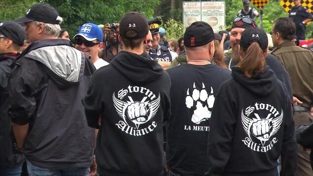 Des membres du groupe Storm Alliance manifestent à Hemmingford, au Québec.