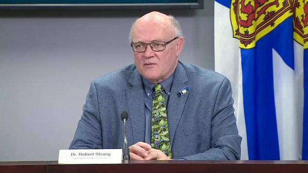 Le Dr Strang donne une conférence de presse