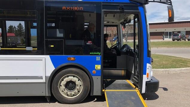 Un autobus de la STS avec la porte ouverte