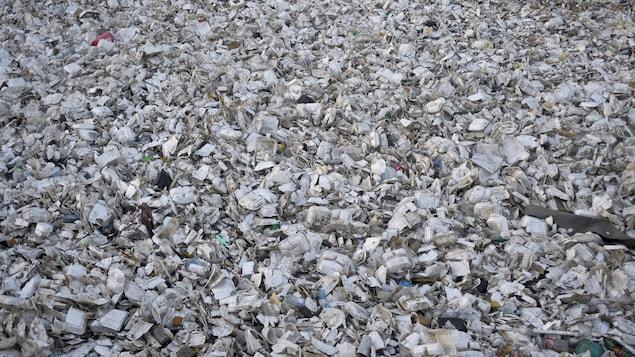 Sales et écrasés, ces contenants vus de haut forme un énorme amas de déchêts.
