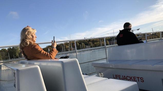 Deux personnes sur le pont d'un bateau, en Suède.