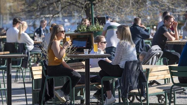 Des Suédois attablés dans une terrasse d'un bar de Stockholm