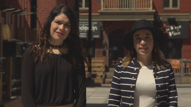 Deux jeunes femmes en entrevue dans le Vieux-Hull.