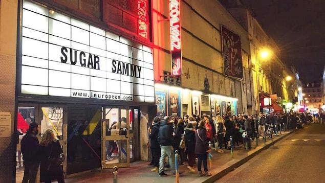 Les spectateurs attendent devant la salle de l'Européen, avant une représentation de Sugar Sammy.