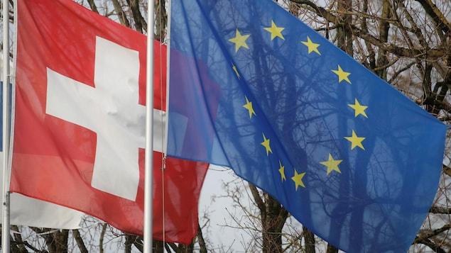 Le drapeau de la Suisse et celui de l'Union européenne.