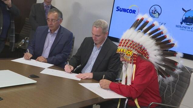 Mark Little entouré des chefs autochtones Archie Waquan et Jim Boucher.