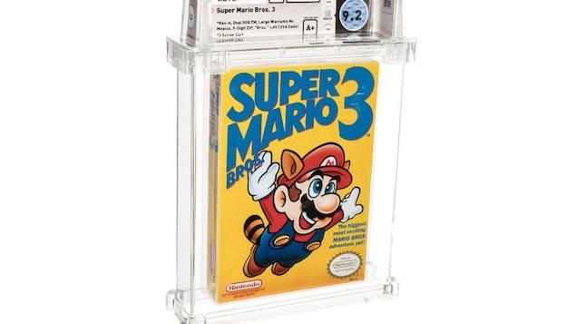 Le jeu vidéo est protégé par un étui de plastique transparent. Au-dessus, on aperçoit des indications chiffrées et notées sur la qualité de l'état physique de l'objet.