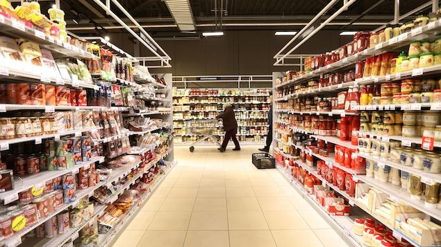 Une rangée de supermarché fort colorée.