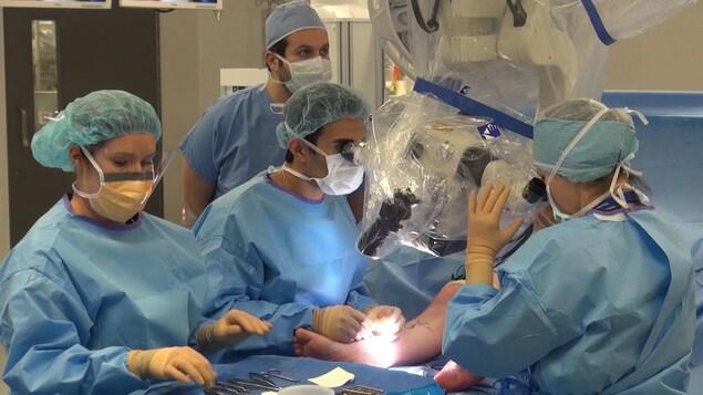 Une première au CHUM, la supermicrochirurgie