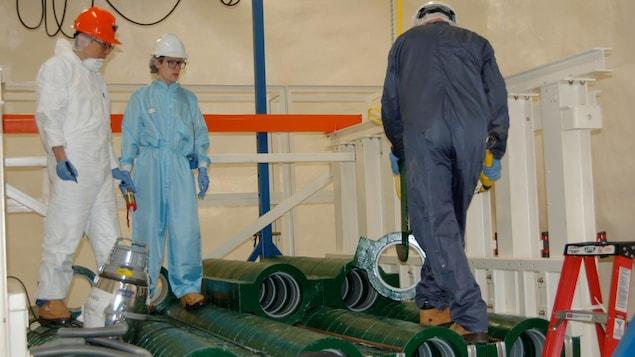Des scientifiques lors de la construction du détecteur de neutrinos HALO de l'Observatoire de neutrinos (SNOLAB) de Sudbury