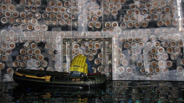 Un scientifique travaille à l'intérieur du détecteur de neutrinos SNO+, dans le Grand Sudbury.