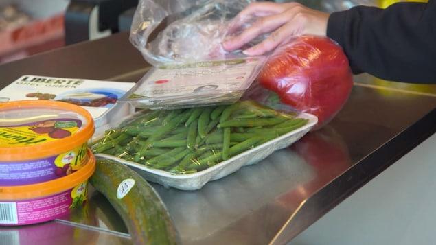 Des légumes emballés dans du plastique