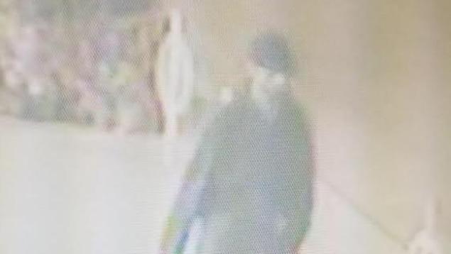 Le suspect marchant dans la rue