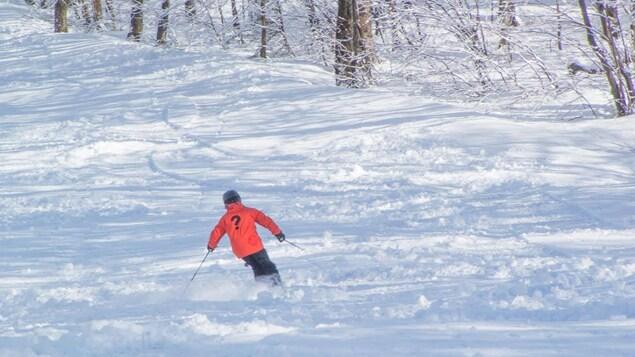 Un skieur dévale les pentes du Mont Sutton suite a la tempête du 14 mars. Il est tombé 106 cm de neige, c'est un record!