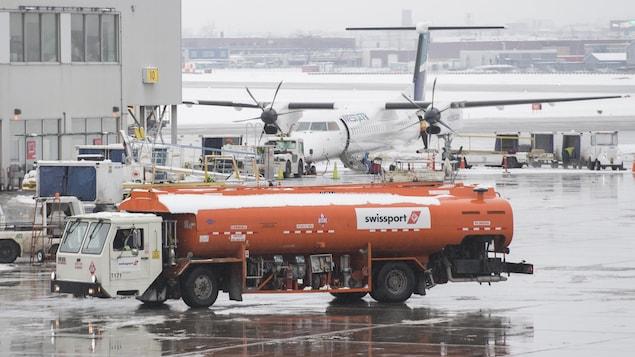 Un camion de ravitaillement sur le tarmac d'un aéroport.