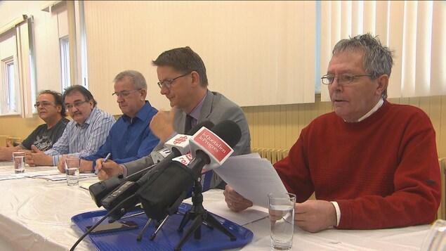 Le député péquiste, Sylvain Gaudreault, accompagné de quelques ex-travailleurs fraudés de la cartonnerie de Jonquière.