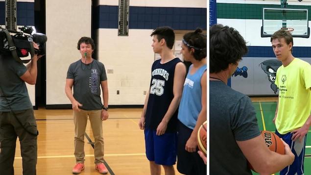 Photo sur le terrain de basketball avec trois de ses joueurs