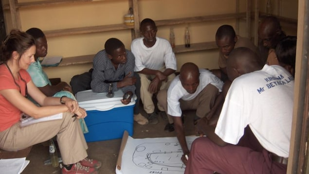 Sylvia Struck entourée de villageois de Kiribwa en Ouganda