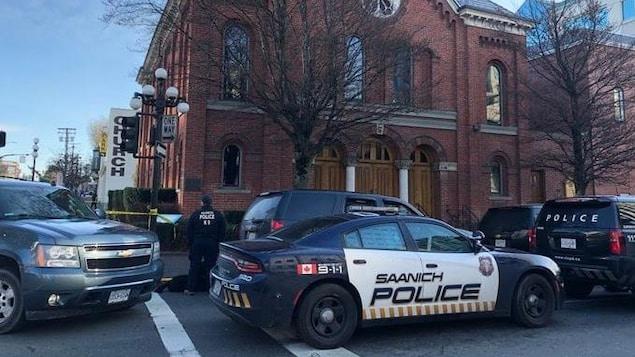 Des véhicules de police devant une synagogue.
