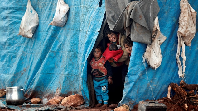 Des enfants dans une tente de réfugiés.