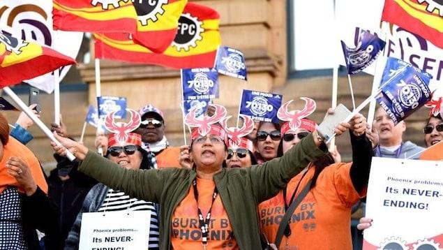 Des fonctionnaires fédéraux manifestent contre le système de paye Phénix.