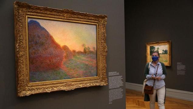 Un tableau est accroché au mur.